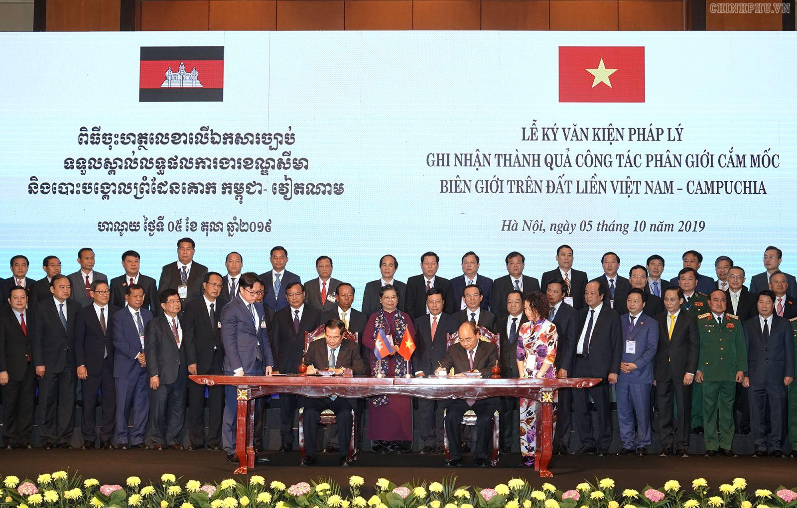 Thủ tướng hai nước ký Hiệp ước bổ sung Hiệp ước Hoạch định biên giới quốc gia năm 1985 và Hiệp ước bổ sung năm 2005 giữa Việt Nam và Campuchia. Ảnh: VGP/Quang Hiếu