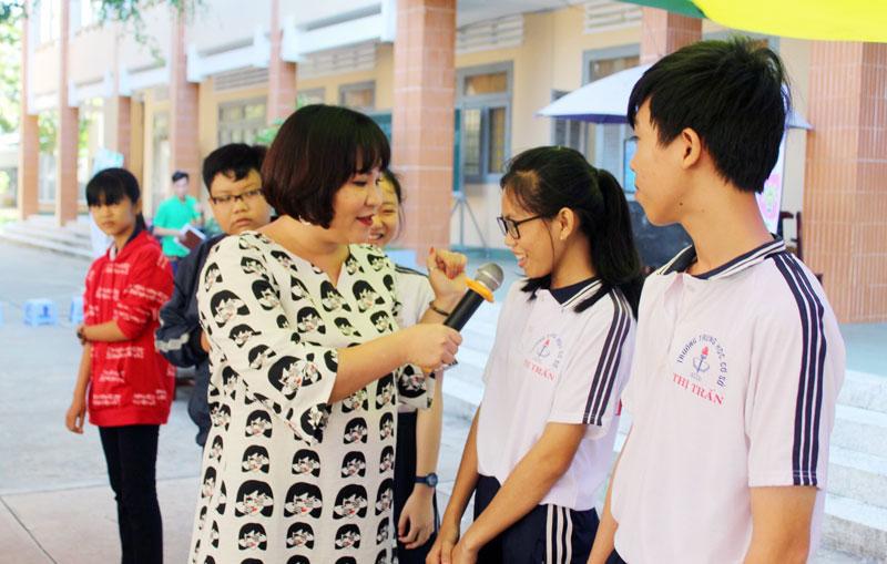 Thạc sĩ tâm lý Tô Nhi A - Giảng viên Trường Cao đẳng Sư phạm Trung ương TP. Hồ Chí Minh tương tác với học sinh Trường THCS Thị trấn Giồng Trôm tại một chương trình của Câu lạc bộ Green Light +. Ảnh: Minh Tuấn
