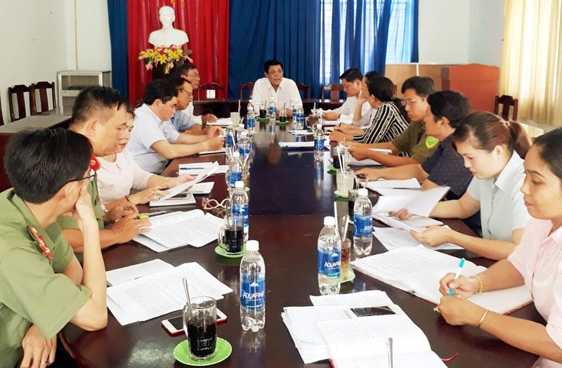 Trưởng ban Dân vận Tỉnh ủy Lê Văn Gặp phát biểu tại buổi làm việc.