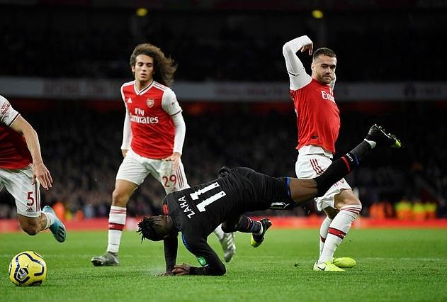 Arsenal bị thổi phạt đền tranh cãi khi Zaha bị cáo buộc ăn vạ