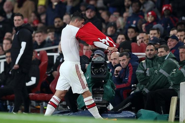 Xhaka đã khiêu khích CĐV đội nhà, chửi thề và ném áo Arsenal xuống sân