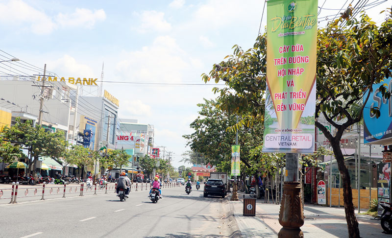 Nhiều biển tuyên truyền quảng bá Lễ hội Dừa lần V năm 2019 treo trên đường phố chính ở TP. Bến Tre.