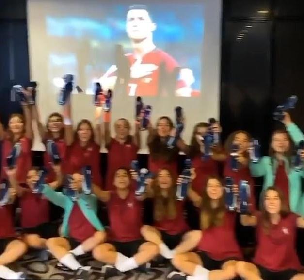 Đội nữ U17 Bồ Đào Nha khoe giày được tặng bởi Cristiano Ronaldo
