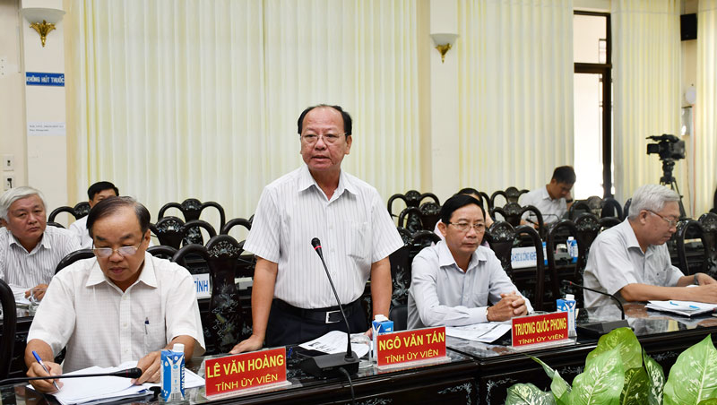 Giám đốc Sở Y tế Ngô  Văn Tán đóng với với đơn vị tư vấn.