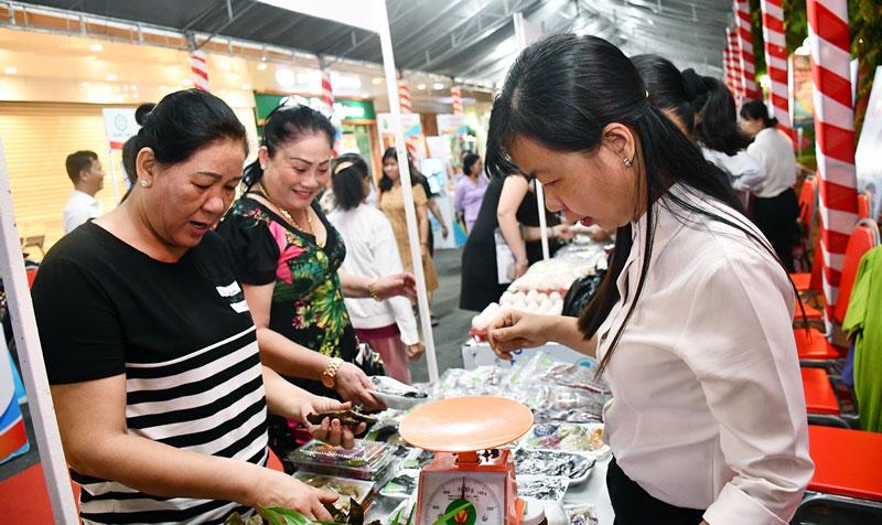 Trưng bày các sản phẩm của phụ nữ khởi nghiệp tại TP. Bến Tre. Ảnh: H. Hiệp
