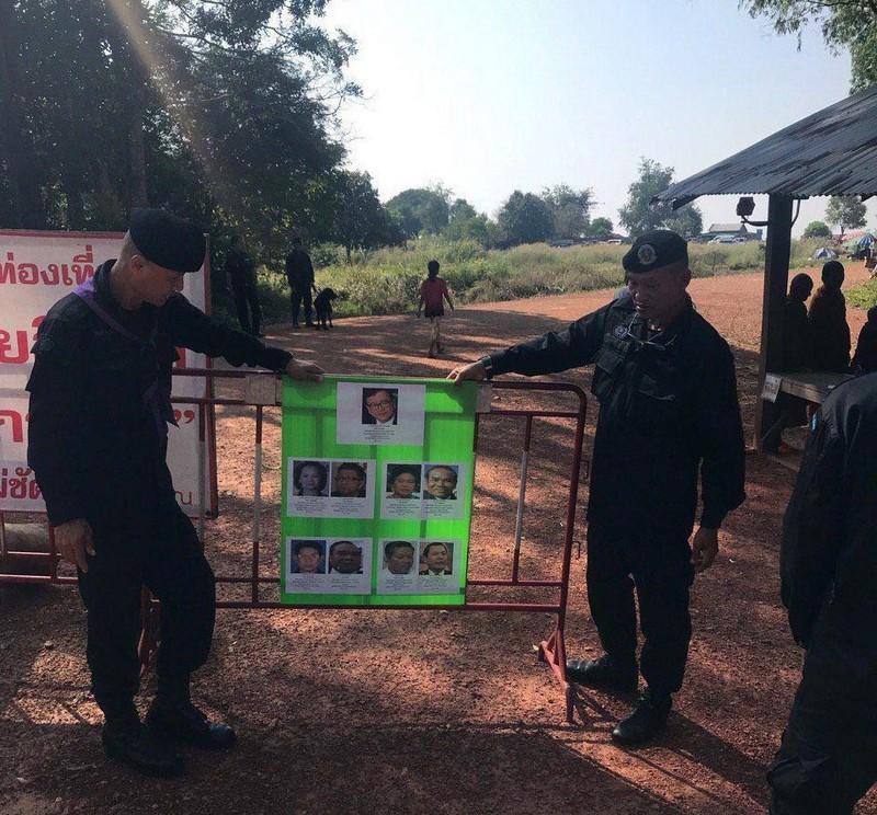 Ảnh Sam Rainsy và các cựu lãnh đạo đảng CNRP được dán ở các cửa khẩu giữa Thái Lan và Campuchia. Ảnh: Fresh News