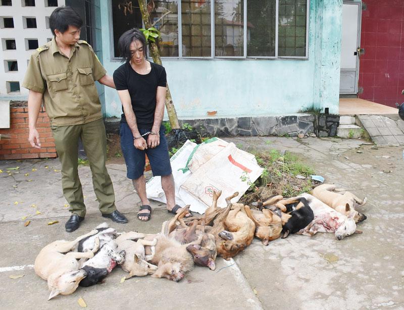 Đối tượng Võ Anh Thuận cùng tang vật.