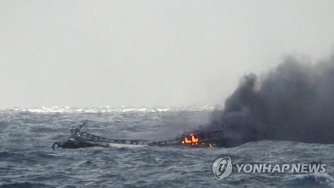 Hiện trường vụ tàu cháy ngoài khơi đảo Jeju. Ảnh: Yonhap