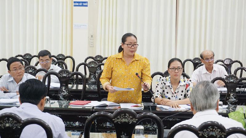 Bí thư Huyện ủy Mỏ Cày Nam Nguyễn Thị Hồng Nhung thảo luận tại tổ. Ảnh: Q.Hùng