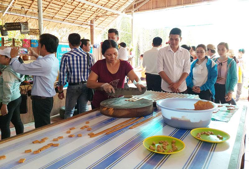 Du khách tham quan tại điểm du lịch xã Nhơn Thạnh, TP. Bến Tre.