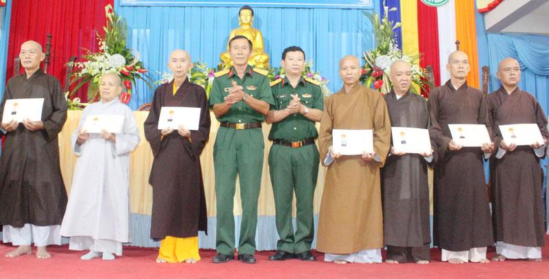 Trao giấy chứng nhận cho các vị chức sắc phật giáo hoàn thành lớp bồi dưỡng kiến thức quốc phòng - an ninh.