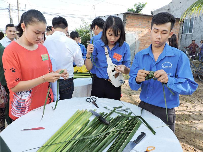 Đoàn viên, thanh niên tham gia trò chơi dân gian tại Nhà văn hóa ấp Phú Mỹ.
