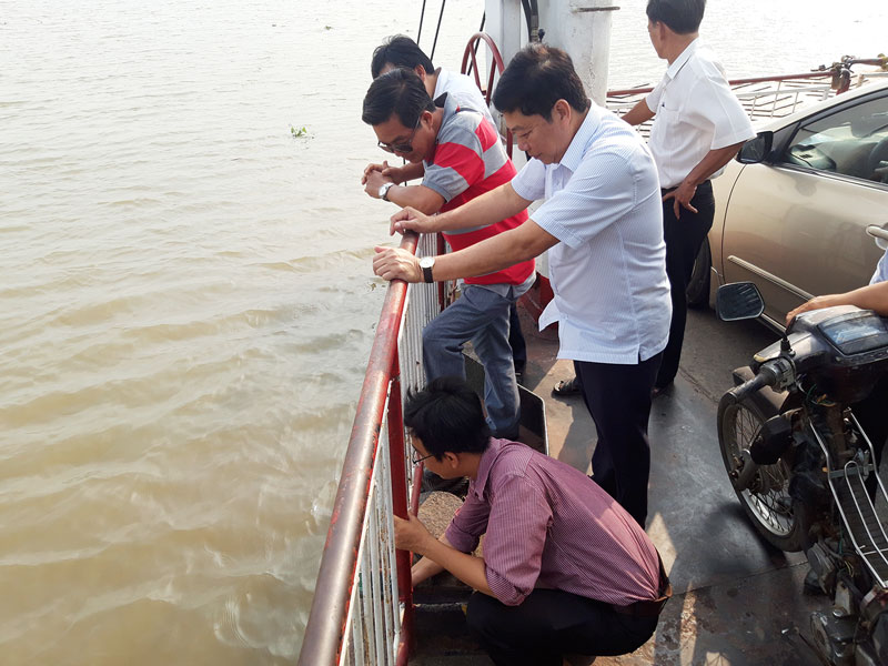Theo dõi  độ mặn trên phân lưu của sông Tiền thuộc địa bàn Tân Phú, huyện Châu Thành.