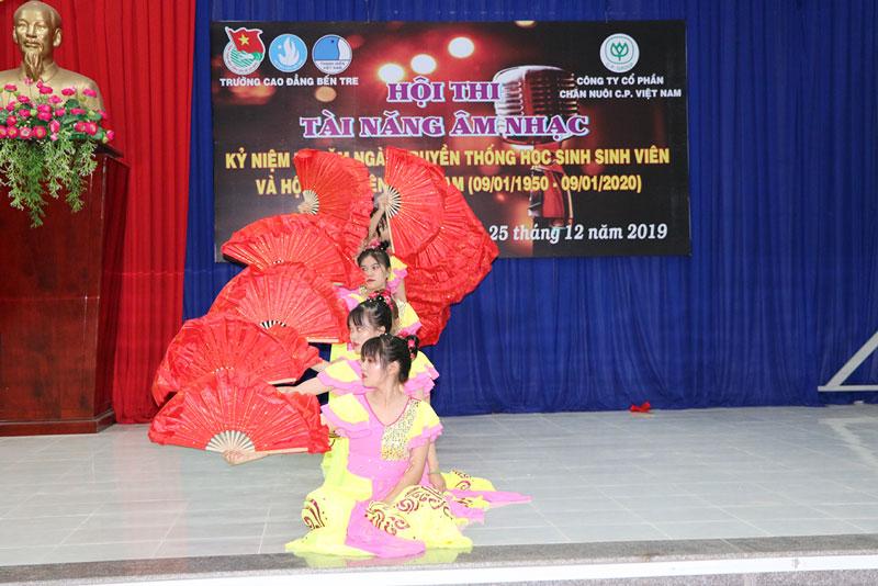 Một tiết mục múa dự thi tại buổi họp mặt kỷ niệm 70 năm Ngày Truyền thống học sinh - sinh viên do Trường Cao đẳng Bến Tre tổ chức.