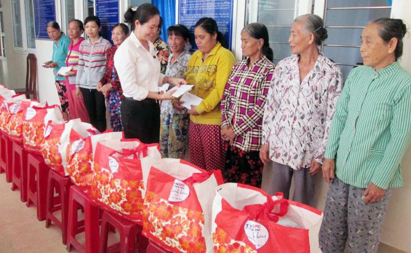 Đại diện lãnh đạo Điện lực TP. Bến Tre trao quà cho bà con hộ nghèo, gia đình chính sách thành phố.