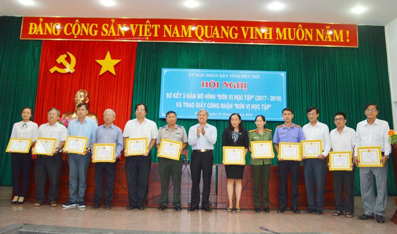 Phó chủ tịch Thường trực UBND tỉnh Nguyễn Văn Đức trao giấy chứng nhận cho các đơn vị.