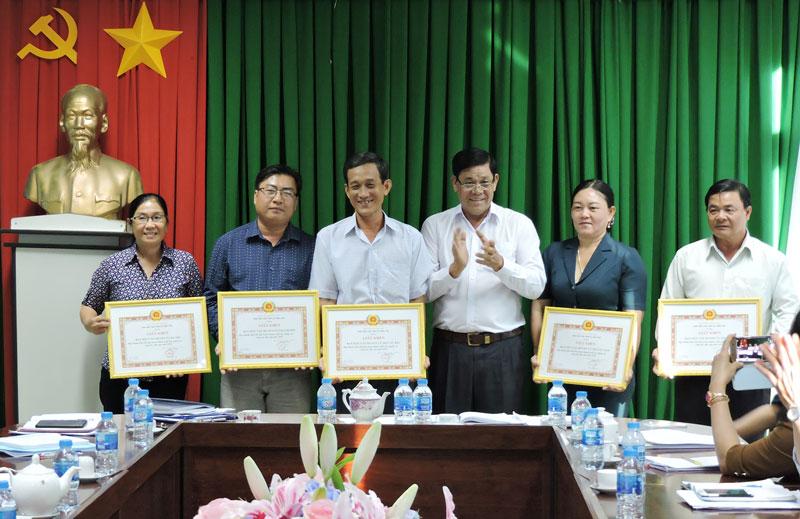 Các tập thể nhận bằng khen của Ban Dân vận Tỉnh ủy.