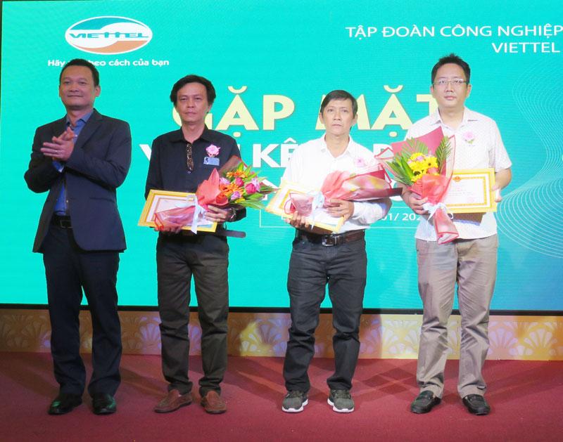 Lãnh đạo Viettel Bến Tre trao thưởng