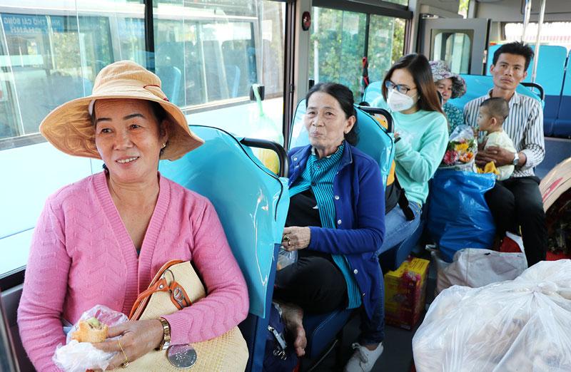 Hành khách phấn khởi đi xe buýt mới.