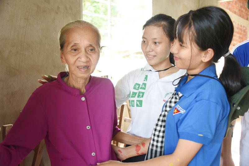 Học sinh, sinh viên thăm gia đình chính sách tại xã Phước Thạnh, huyện Châu Thành.