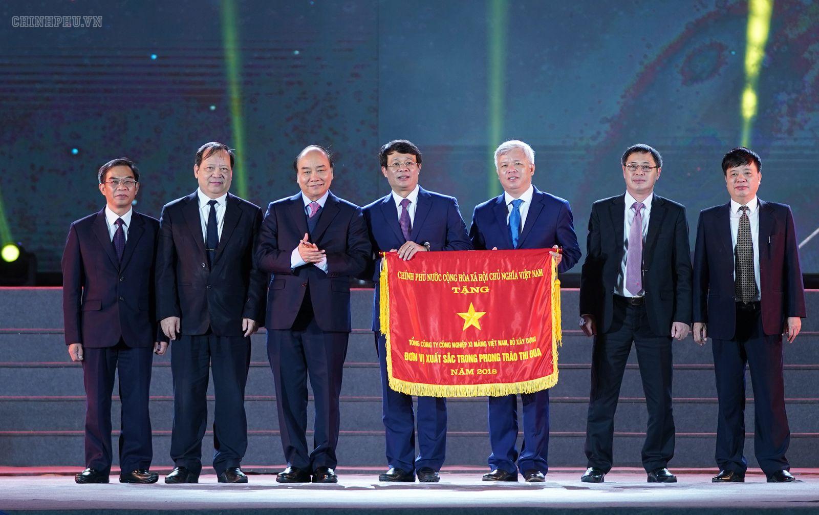 Thủ tướng Chính phủ Nguyễn Xuân Phúc trao tặng Cờ Thi đua Chính phủ cho Tổng công ty Xi măng Việt Nam. Ảnh: VGP/Quang Hiếu