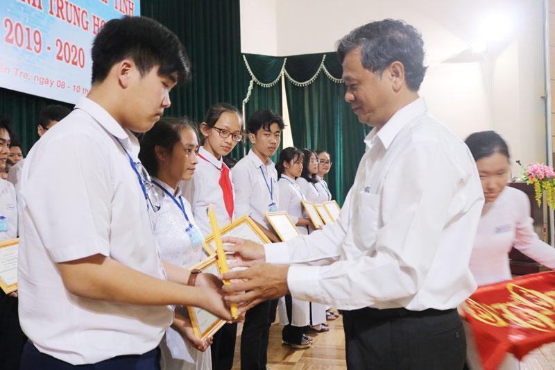Trao giải Cuộc thi khoa học kỹ thuật cấp tỉnh dành cho học sinh Trung học năm học 2019-2020