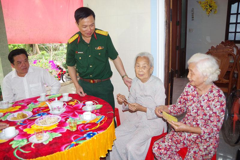 Đại tá Nguyễn Minh Triều - Chỉ huy trưởng Bộ Chỉ huy Quân sự tỉnh thăm tặng quà cho gia đình chính sách trên địa bàn xã Định Thủy.
