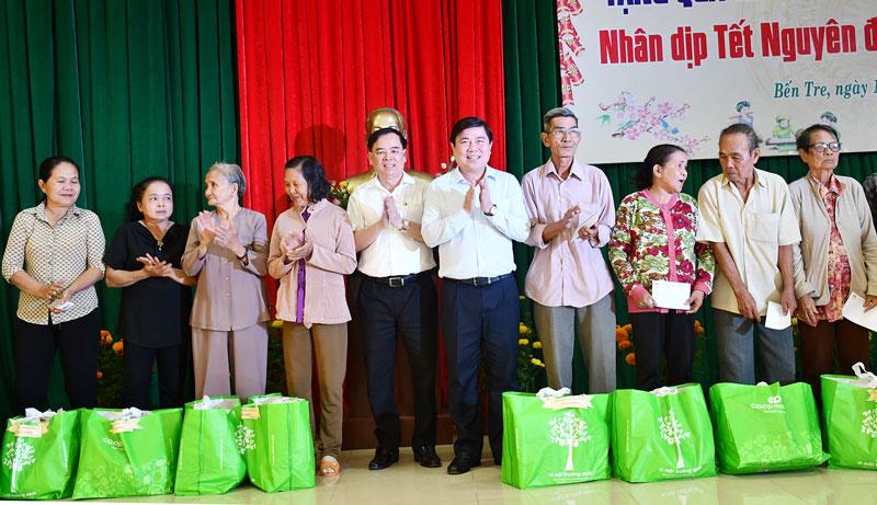 Chủ tịch UBND TP. Hồ Chí Minh Nguyễn Thành Phong và Phó Bí thư Thường trực Tỉnh uỷ Bến Tre Trần Ngọc Tam trao quà cho bà con.