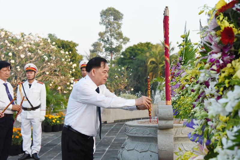 Phó bí thư Thường trực Tỉnh ủy Trần Ngọc Tam dâng hương tưởng nhớ các anh hùng liệt sĩ.