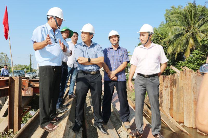 Chủ tịch UBND tỉnh Cao Văn Trọng khảo sát tiến độ thi công xây dựng công trình Đập tạm ngăn mặn trên sông Ba Lai.