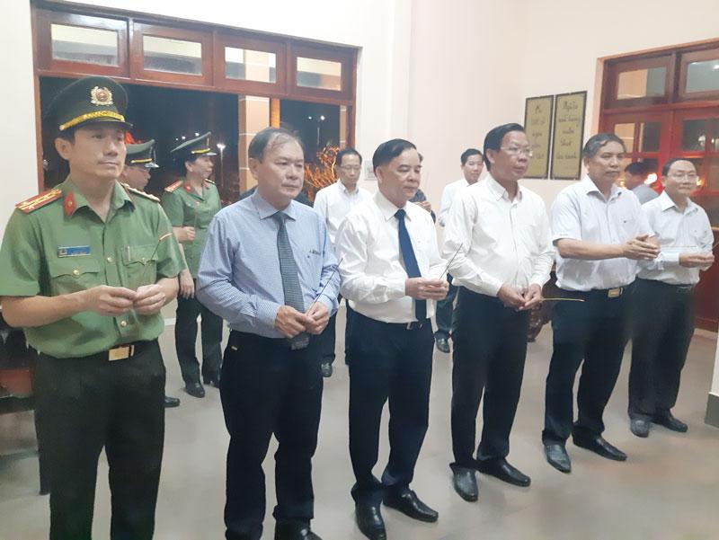 Lãnh đạo tỉnh thắp hương đền thờ Bác Hồ tại Nghĩa trang liệt sĩ tỉnh