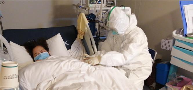 Nhân viên y tế điều trị cho bệnh nhân nhiễm virus corona chủng mới tại bệnh viện ở Vũ Hán, tỉnh Hồ Bắc, Trung Quốc, ngày 29-1-2020. Ảnh: THX/TTXVN