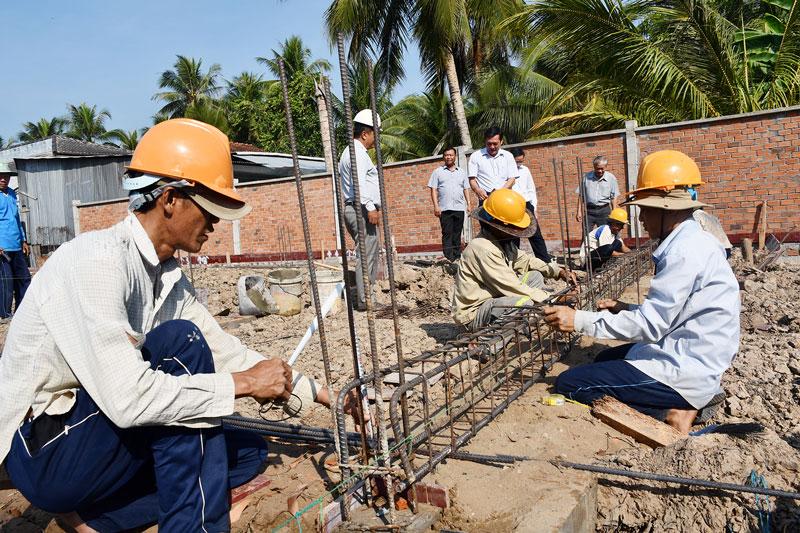 Công nhân thi công công trình Khu lưu niệm Nguyễn Sinh Sắc.