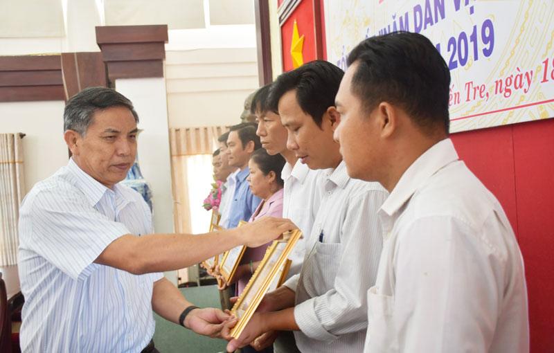 Chú tịch UBND tỉnh trao Bằng khen cho các tập thể, cá nhân tiêu biểu