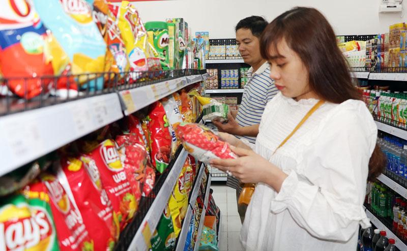 Cửa hàng tiện ích có đầy đủ các mặt hàng thiết yếu phục vụ nhu cầu người tiêu dùng.