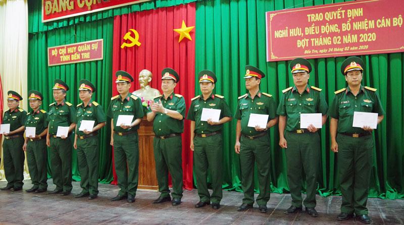 Đại tá Lê Văn Hùng - Chính ủy Bộ CHQS tỉnh trao quyết định cho cán bộ.