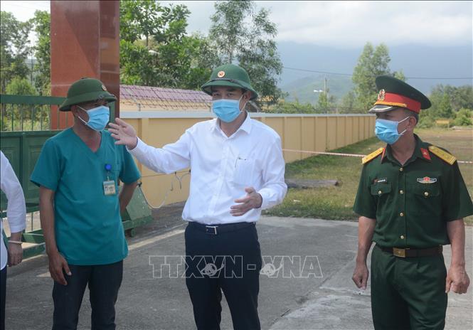 Phó Chủ tịch UBND thành phố Đà Nẵng Lê Trung Chinh thăm hỏi động viên các cán bộ, chiến sĩ, nhân viên y tế tại khu cách ly ở Trung tâm Huấn luyện dự bị động viên Đồng Nghệ.