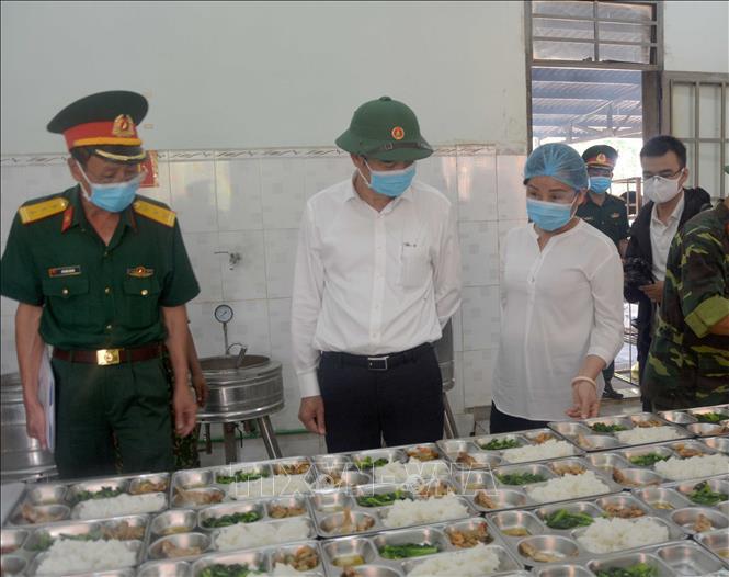 Phó Chủ tịch UBND thành phố Đà Nẵng Lê Trung Chinh kiểm tra bữa cơm của các công dân được cách ly tại Trung tâm Huấn luyện dự bị động viên Đồng Nghệ.