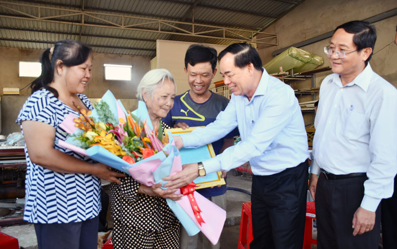 Phó bí thư Thường trực Tỉnh ủy Trần Ngọc Tam trao thư khen và quà của Tỉnh ủy cho bà Nguyễn Thị Hưởn. Ảnh: Hữu Hiệp