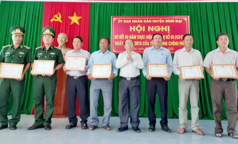 Ông Nguyễn Văn Dũng - CT UBND huyện trao giấy khen cho các tập thể và cá nhân