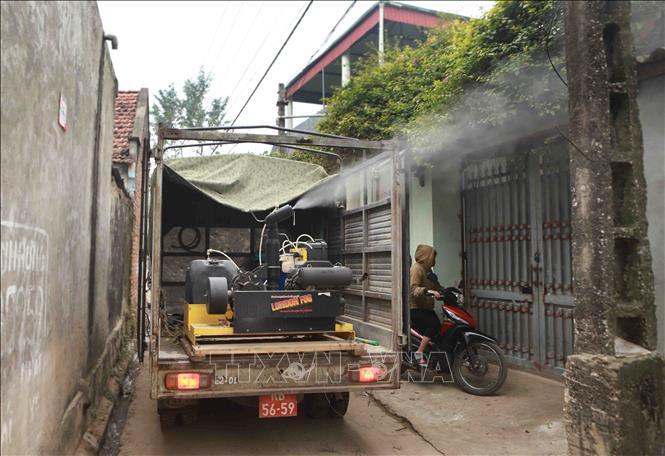 Xe của Tổ quân y cơ động phun thuốc khử khuẩn trên địa bàn xã Sơn Lôi. Ảnh: Hoàng Hùng /TTXVN