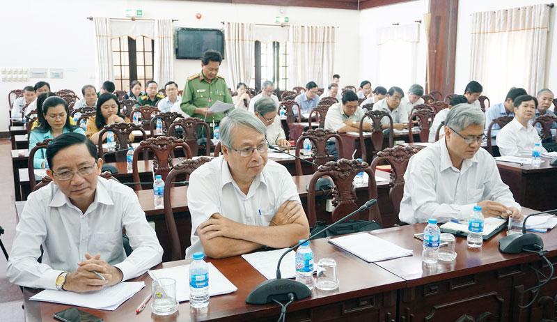 Lãnh đạo tỉnh cùng các đại biểu tham dự hội nghị.