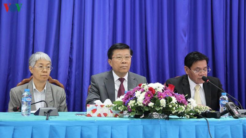 Thứ trưởng Bộ Y tế Lào TS Phouthone Muongpak chủ trì buổi họp báo.