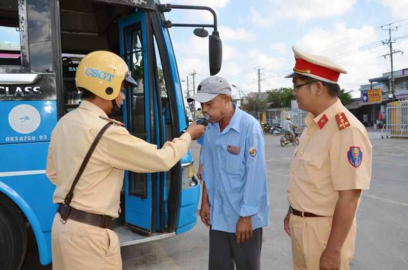 Cảnh sát giao thông kiểm tra nồng độ cồn tại bến xe Thạnh Phú.