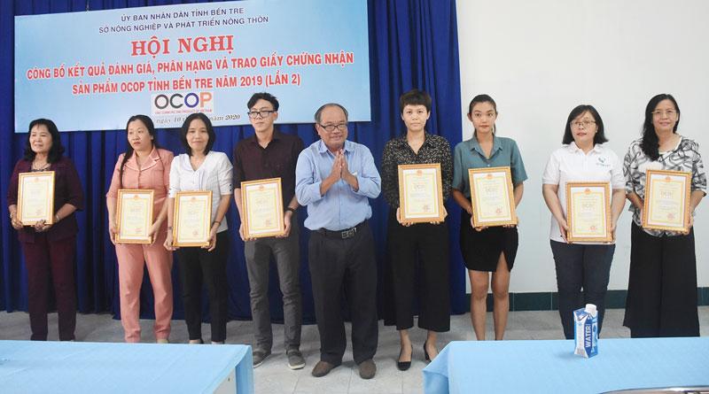 Ông Huỳnh Quang Đức trao chứng nhận sản phẩm OCOP cho các chủ thể có sản phẩm được công nhận.