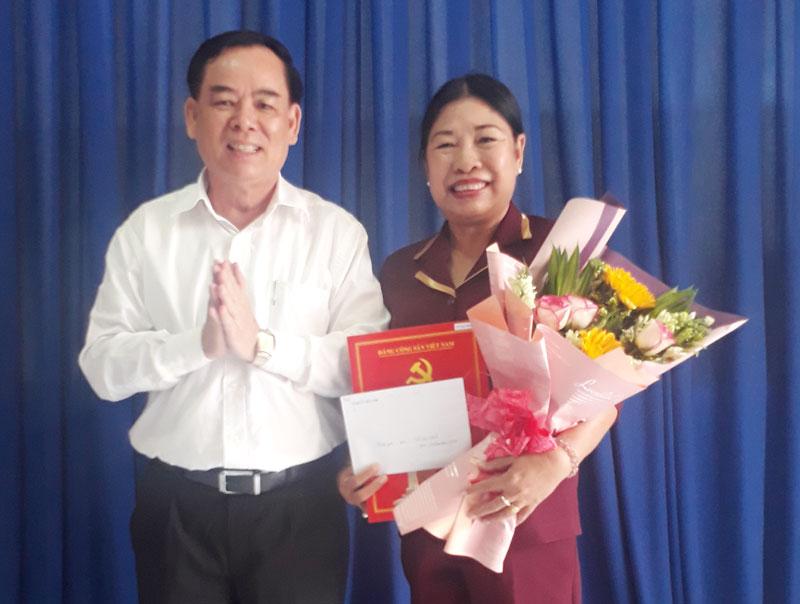Phó bí thư Thường trực Tỉnh ủy Trần Ngọc Tam trao quyết định nghỉ hưu cho bà Võ Thị Thủy. Ảnh: Nguyễn Diễm
