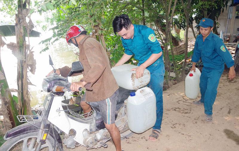 Nước ngọt được các chiến sĩ đưa đến người dân.
