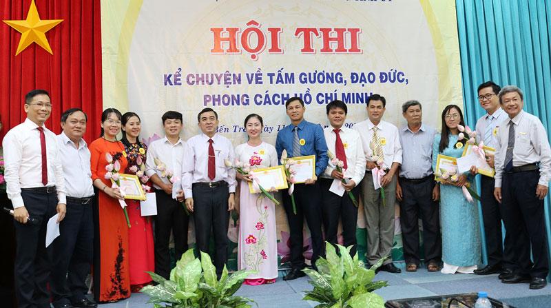 Các thí sinh nhận giấy khen và hoa của Ban Tổ chức.