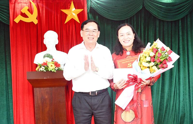 Phó bí thư Thường trực Tỉnh ủy Trần Ngọc Tam trao quyết định.