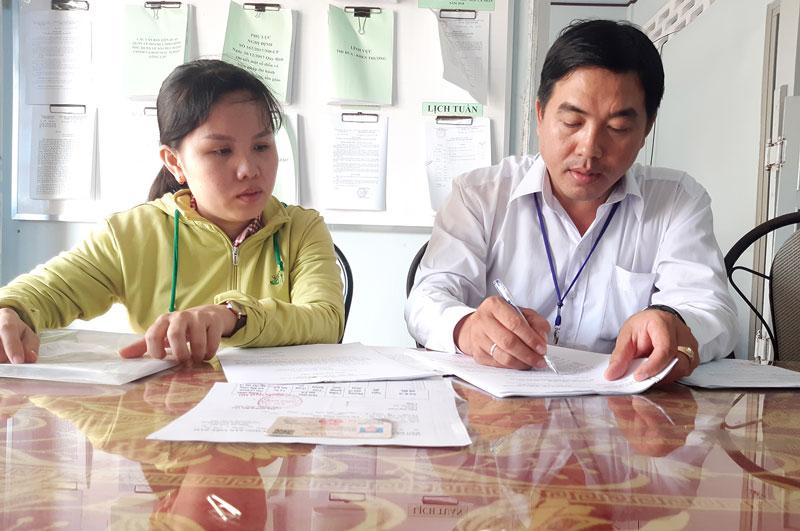 Chuyên viên Phòng Nội vụ huyện Châu Thành hướng dẫn thủ tục giải quyết chế độ cho cán bộ chuyên trách cấp xã.